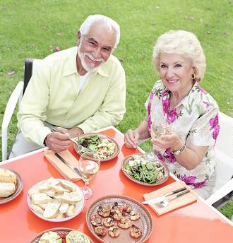pareja de gente mayor comiendo