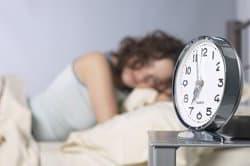 chica dormiendo con despertador