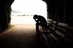 hombre sentado con depresión en un tunel