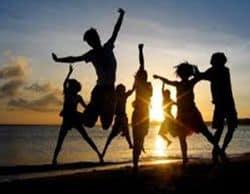 gente feliz en la playa