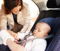 bebé en silla para coche