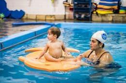 bebe y madre en la piscina