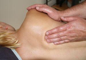 fisioterapia con masaje en la espalda