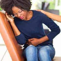 mujer con dolor de estómago por gastroenteritis