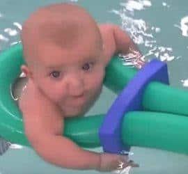 bebé nadando en la piscina