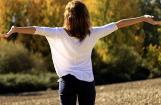 mujer relajada y respirando aire fresco