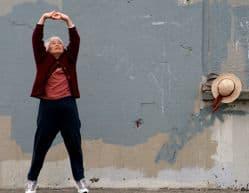 persona mayor realizando ejercicio físico