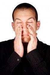 hombre con congestión nasal