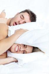 hombre roncando junto a su pareja