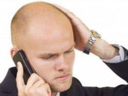 persona con alopecia hablando por teléfono