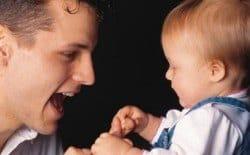 padre hablando con su bebé