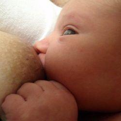 bebé amamantado por su madre
