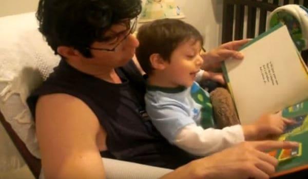 padre leyendo cuento infantil a su hijo