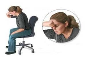 sentarse derecho e inclinarse frente para hemorragia nasal